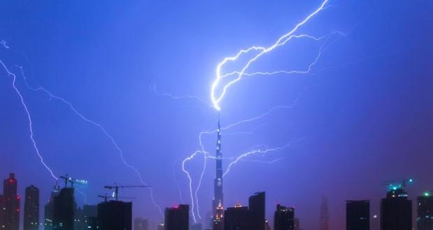 رعد و برق بر فراز برج خلیفه در دبی